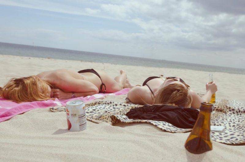 ビーチで焼く女子2人