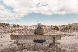 ビーチで眺めるおばあちゃん