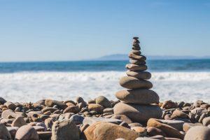 海で石を積み上げる