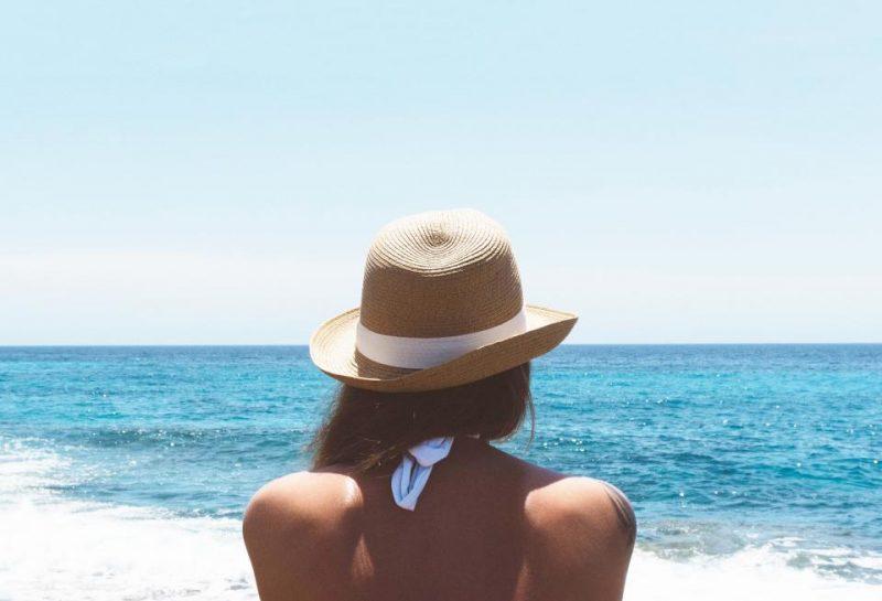 ビーチと女性の後姿