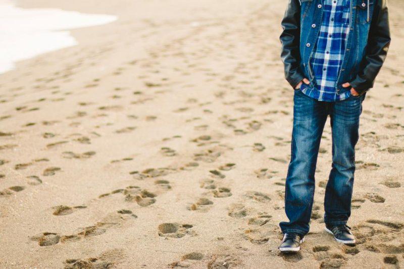 ビーチを歩いてる男性