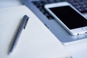 iphoneとノートとボールペン
